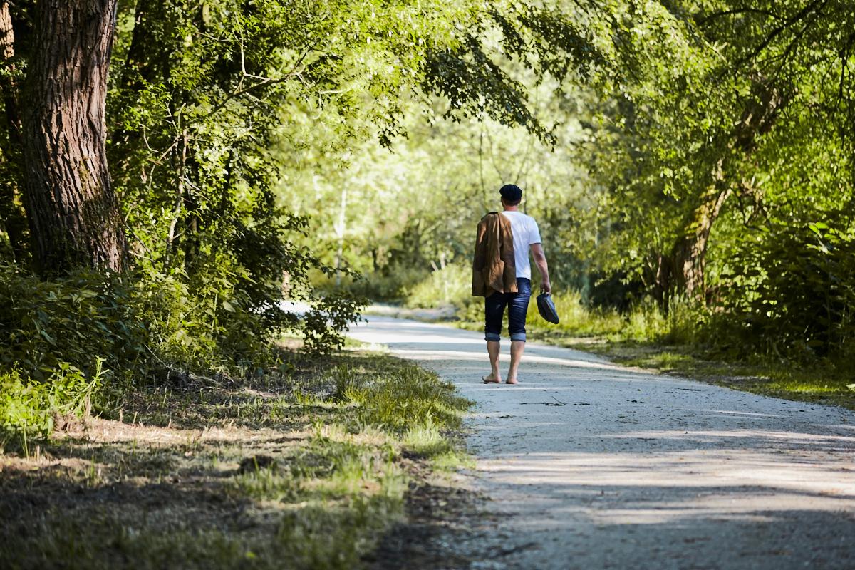Martin Zaglmayr geht am Flussufer