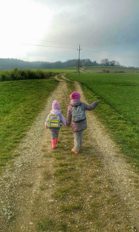 Meine Mädchen gehen den Feldweg hinauf